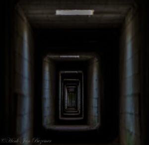 de lange ondergrondse gang naar de hut